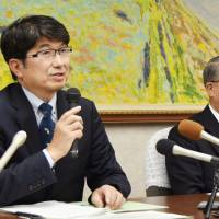 Nagasaki Mayor Tomihisa Taue (left) announces his intention Tuesday at the prefecture's headquarters to cooperate with Nagasaki University to set up a laboratory to handle deadly pathogens. | KYODO