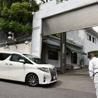 A vehicle enters the headquarters of the Yamaguchi-gumi crime syndicate in Nada Ward, Kobe, in June. | KYODO
