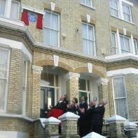 A plaque is unveiled on the facade of Soseki's home in London in March 2002. | KYODO