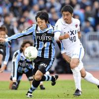 Frontale captain Kengo Nakamura (left) and the Antlers' Mitsuo Ogasawara run after the ball during the J. League Championship semifinal on Wednesday in Kawasaki. | KYODO