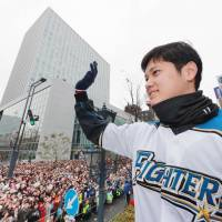 Sapporo lauds Fighters with victory parade