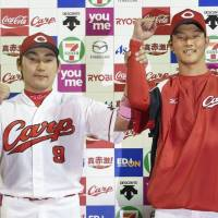 Carp outfielder Yoshihiro Maru (left), seen in a file photo from September, earned his fourth consecutive Mitsui Golden Glove Award on Tuesday. | KYODO