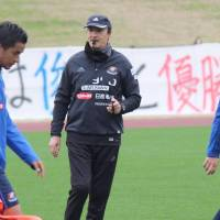 Erick Mombaerts (center) will return to coach Yokohama F. Marinos next season. | KYODO