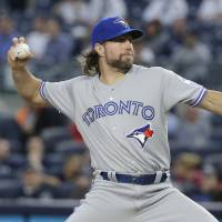 Knuckleballer Dickey reaches deal with Braves