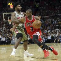 Wade gets warm welcome in return to Miami with Bulls