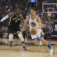 Pass-happy Warriors sizzle against Raptors