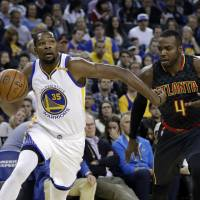 Warriors hold off Hawks, win 12th straight
