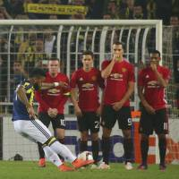 Fenerbahce capitalizes as Man United struggles