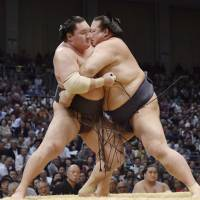 Kisenosato hands Hakuho second loss