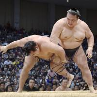 Kakuryu suffers first loss as race heats up