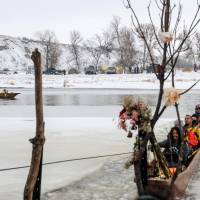 U.S. vets join snowbound pipeline protesters near Sioux reservation