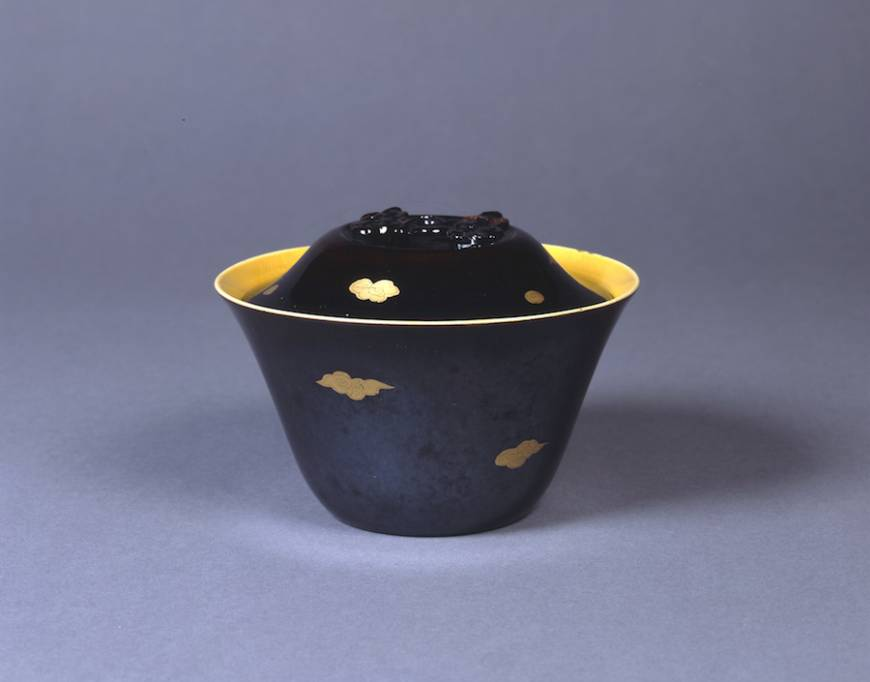 Lidded Mimpei bowl with design of clouds in overglaze gold on black glaze