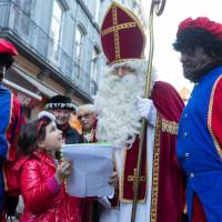 St. Nicholas, still accompanied by controversial Black Pete, makes annual arrival in Brussels