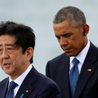 Prime Minister Shinzo Abe and U.S. President Barack Obama deliver remarks at Joint Base Pearl Harbor-Hickam, Hawaii, Tuesday. | REUTERS