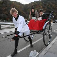 Finnish rickshaw driver Juho Tuomainen offers a tour of Kyoto in this undated photo. | CHUNICHI SHIMBUN