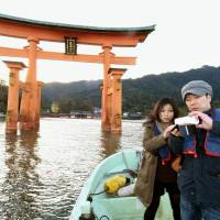 Tour taps Itsukushima Shrine's 'floating' torii as gateway to oyster sales