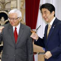 Singapore President Tony Tan (left) and Prime Minister Shinzo Abe make a toast at the prime minister's official residence in Tokyo on Thursday. | POOL / VIA KYODO