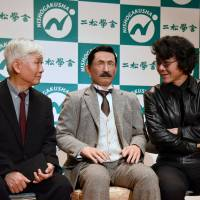 Fusanosuke Natsume (left), grandson of literary giant Natsume Soseki, and Hiroshi Ishiguro (right), a robotics researcher at Osaka University, unveil their Soseki android at Nishogakusha University in Tokyo on Thursday. | SATOKO KAWASAKI