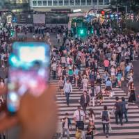 The crossing next to Shibuya Station. According to 2015 data from the ministry, 86 percent of Japan's major airports were equipped with Wi-Fi, but the rate fell to only 32 percent of major train stations. | ISTOCK