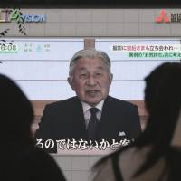 People in Tokyo watch a speech by Emperor Akihito on Aug. 8. | BLOOMBERG