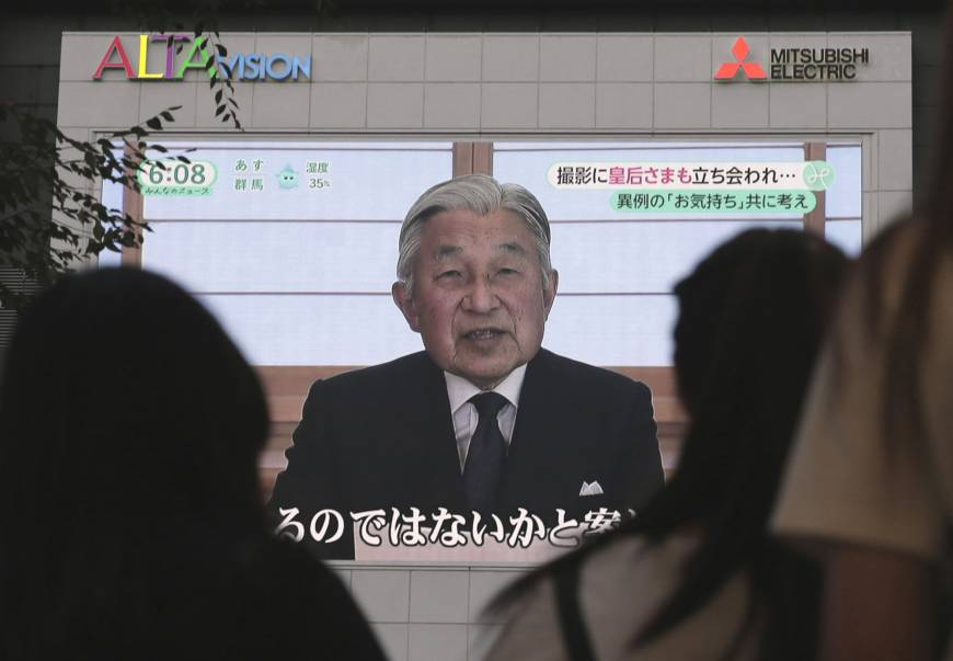 People in Tokyo watch a speech by Emperor Akihito on Aug. 8.
