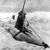 A Japanese midget submarine is beached at Oahu, Hawaii, on the same day. | KYODO