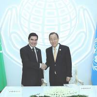 Turkmenistan President Gurbanguly Berdimuhamedov greets U.N. Secretary-General Ban Ki-moon at the outset of the first-ever Global Sustainable Transport Conference, in the Turkmen capital of Ashgabat, on Nov. 26 | TURKMENISTAN EMBASSY