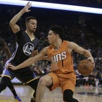 Curry leads charge in win over Suns