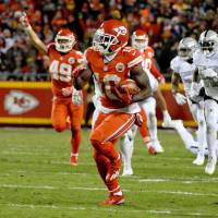Chiefs hold off Raiders, move into first place in AFC West