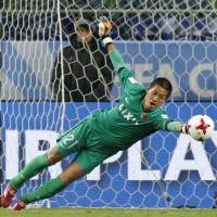 Kashima's Hitoshi Sogahata dives to make a save during the Antlers' 2-0 victory over Mamelodi during the quarterfinals of the Club World Cup on Sunday at Suita Stadium. | KYODO