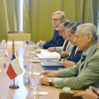 Senior Vice Foreign Minister Kentaro Sonoura (front left) meets with Chilean Foreign Minister Heraldo Munoz (front right) on Monday in Santiago. | KYODO