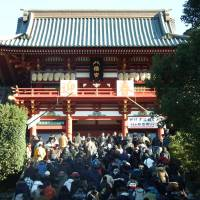 People flood the stairs up  to Tsurugaoka Hachimangu Shrine in Kamakura, Kanagawa Prefecture, on Sunday morning as part of  their 'hatsumode' New Year's pilgrimage. | DAISUKE KIKUCHI