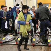 Tokyo Gov. Koike inspects Tsukiji for first time since delaying relocation