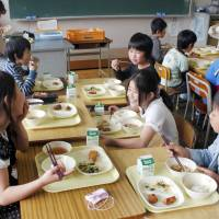 Chef group working to bring 'washoku' to Japan's school lunches