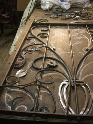 A metal gate features leaves created by Ai Iijima.