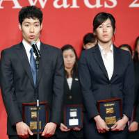Rio Olympic 400-meter individual medley gold-medalist Kosuke Hagino speaks as 200-meter breaststroke Olympic champion Rie Kaneto stands beside him at the annual Japan Aquatic Awards on Monday. | KYODO