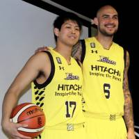 Robert Sacre stands with Tsukuba University's Yusei Sugiura, who is joining the Sunrockers as a special assigned player, on Thursday in Shibuya. | KAZ NAGATSUKA