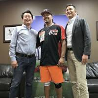 Manny Ramirez poses with Kochi owner Rintaro Kitakomi (left) and vice president Jun Kitakomi after agreeing to a deal with the team on Sunday in Florida. | KYODO