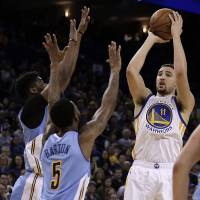 Curry, Durant fire Warriors past short-handed Blazers