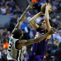 Suns eclipse Spurs in Mexico City