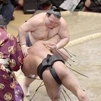 Kisenosato keeps perfect record after overturned call