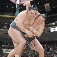 Hakuho, Kisenosato maintain perfect marks