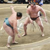 Steady Kisenosato wins to maintain share of lead with Hakuho