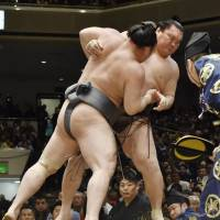Loss for Hakuho puts Kisenosato in control