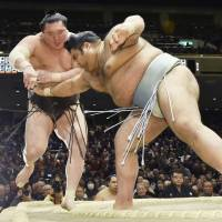 Kisenosato, Hakuho both lose on day of shocks