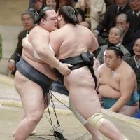 Kisenosato maintains grip on overall lead