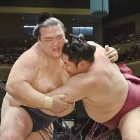 Ozeki Kisenosato tops Endo to keep slim lead