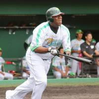 Tuffy Rhodes, seen playing for the independent Toyama GRN Thunderbirds in 2015, is no lock for the Hall of Fame despite a highly successful NPB career. | KYODO