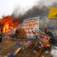 Holdout Dakota pipeline protesters face police as deadline passes
