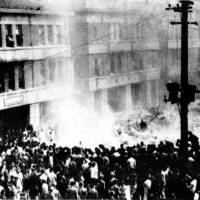 An angry crowd occupies the Taipei branch of the Monopoly Bureau of the Taiwan Governor's Office, which was responsible for all liquor and tobacco products in Taiwan as well as opium, salt and camphor, in 1947. | PUBLIC DOMAIN